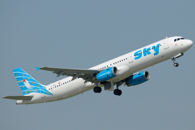Soaring from Dusseldorf is Sky Airlines' (Dusseldorf) newly-added Airbus A321-231 TC-SKL (msn 1670, ex HL7712) in the light blue motif.  Copyright Photo: Ralf Hoffmann.