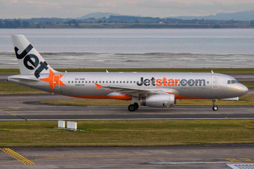 Jetstar is using Airbus A320s in New Zealand. A320-232 VH-VQB (msn 3743) taxies at Auckland on the first day of NZ domestic operations.  Copyright Photo: Colin Hunter.