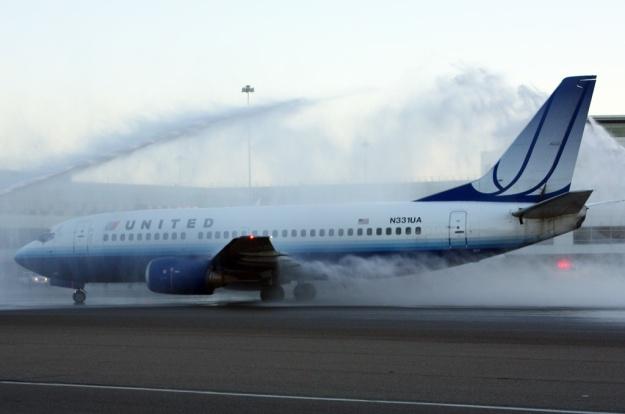 United 737-300 N331UA (04)(Salute) SFO (DB)(LR)