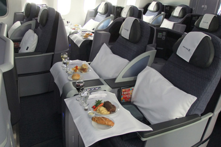First Looks: An Inside Look at United Airlines' new Boeing 787-8