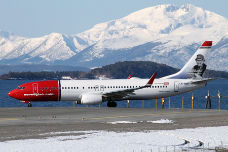 Norwegian.com 737-800 WL LN-NOR (02-Povel Ramel)(Grd)(Norwegian)(LRW)