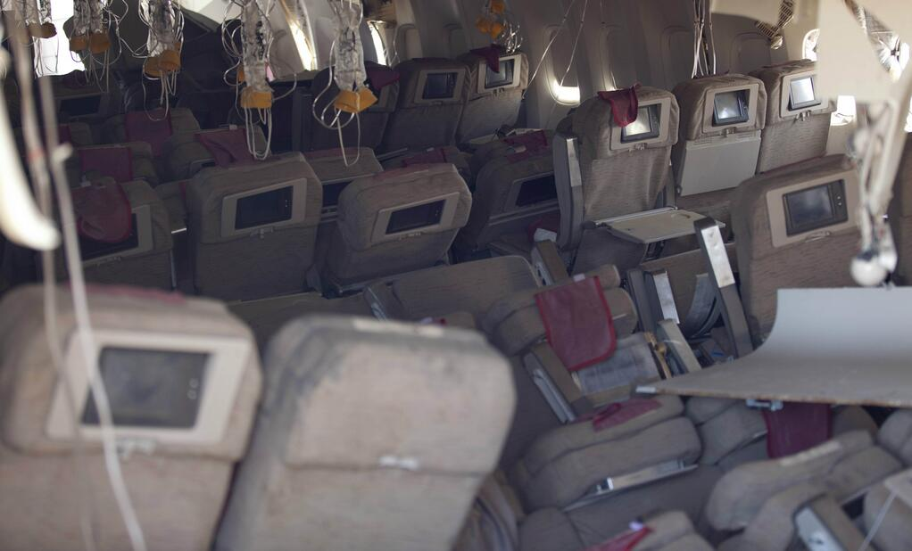 New video from cnn shows the asiana boeing 777 crashing for Interieur boeing 757