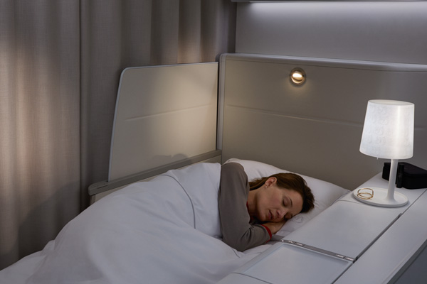 Air france unveils its boeing 777 300 la premi re suite in for Interieur avion air france
