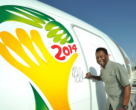 Emirates-Pele signs 777-300 (Emirates)(LR)