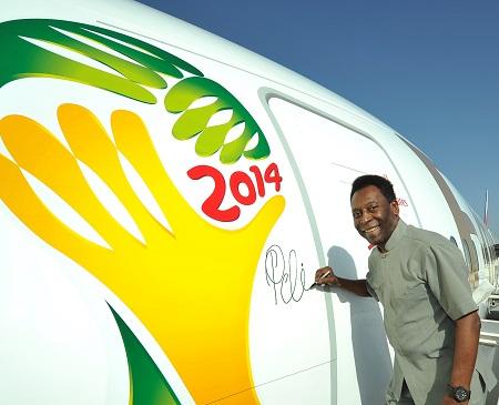 Emirates-Pele signs 777-300 (Emirates)(LR)