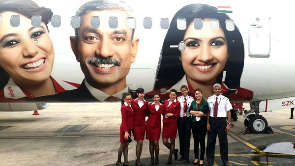 SpiceJet 737-800 WL VT-SZK (14-With All Our Heart) + crew 1 (SpiceJet)(LRW)