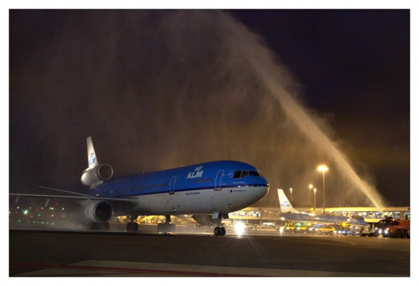 KLM MD-11 PH-KCE water cannon salute last flight (KLM)(LR)