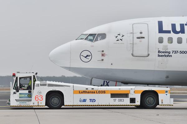 Lufthansa LEOS tug (LH)(LRW)