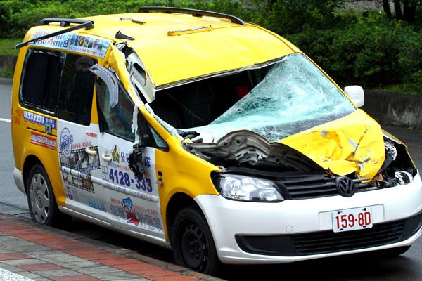 TransAsia ATR 72-600 hit a yellow taxi (MNG)(LRW)