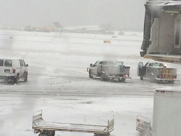 Delta MD-88 skids off runway at LGA 3.5.15