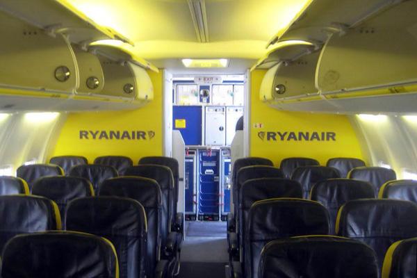 Ryanair 737-800 cabin (LR)
