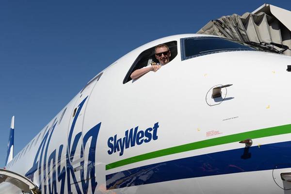Alaska SkyWest E175 + pilot (Alaska)(LR)