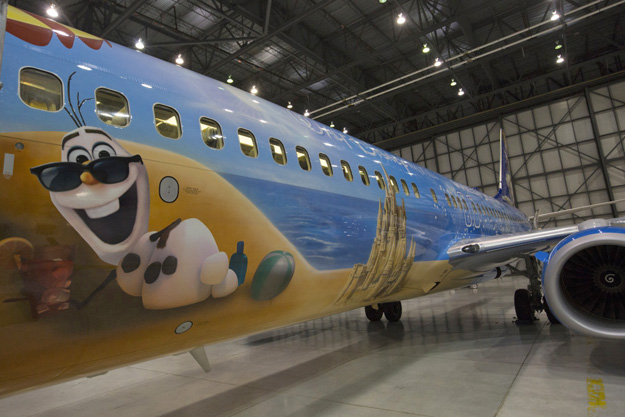WestJet 737-800 SSWL C-GWSV (15-Walt Disney World-Frozen)(Side)(Westjet)(LR)