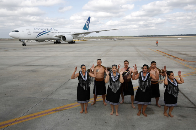 Air New Zealand flight NZ28 arrives in Houston to a kapa haka performance. (PRNewsFoto/Air New Zealand)